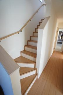 玄関から階段へ行けるので、思い荷物がある時やまず2階の自室に荷物を置けますね。手すりが設置された階段で安心ですね。