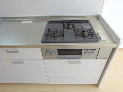 機能性の高いシステムキッチン。作業スペースも広いので、お料理がはかどります♪