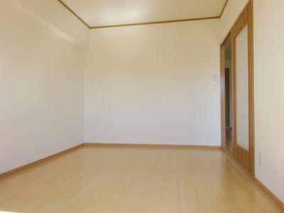 バルコニーに面した6帖の洋室です。大きな窓から明るい日光と風通りのあるお部屋です。