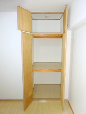 洋室4.5帖の収納は大容量で、たくさんのお洋服や小物が収納できます。お部屋を広く使っていただける嬉しいポイントですね♪
