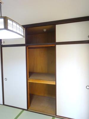 和室の収納です。お布団や普段使わないものをたくさんしまって、畳のお部屋を広く使ってください♪