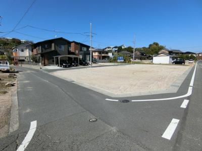 南西側道路。幅員4.5m。団地入口には隅切りも設けていますので進入しやすいです。