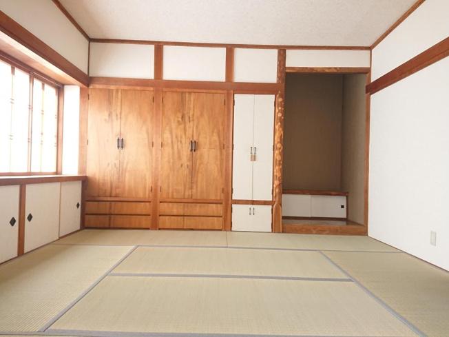 【リフォーム後写真】リビング横1階西側約6帖和室の収納です。リフォームでは建具及び収納内部はクロスの貼替を行いました。真ん中に棚もありますので、用途によってお使い下さい