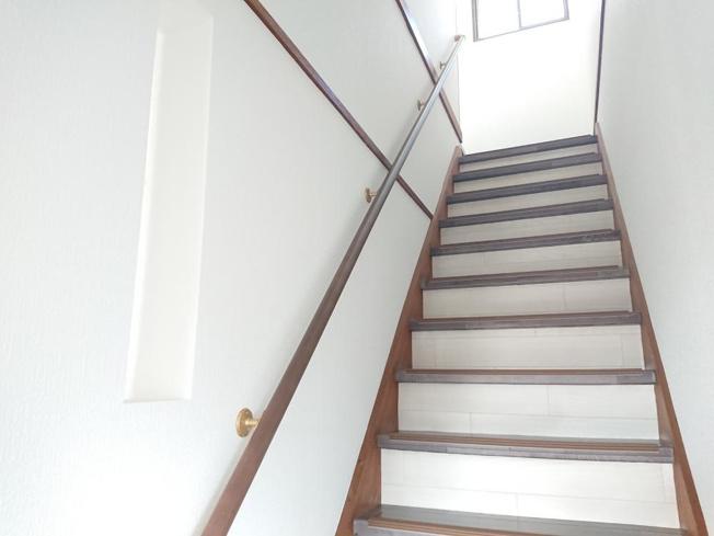 【リフォーム後写真】二階ホール写真です。北側に窓もついており明るいホールとなっております。クッションフロアの上張りクロス貼替、照明器具交換を行いました。
