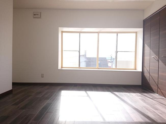 【リフォーム後写真】東側2階8帖洋室にあります収納写真です。クローゼットへと変更致しました。洋服掛けポールもあるので、服もかけやすいです。枕棚には使わないものを置いておくのにも便利です。