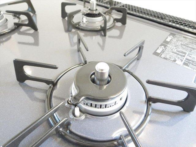 新品交換のキッチンは3口コンロで同時調理が可能。大きなお鍋を置いても困らない広さです。お手入れ簡単なコンロなのでうっかり吹きこぼしてもお掃除ラクラクです。