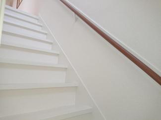 【リフォーム後写真】階段は、塗装で綺麗に仕上げ、小さなお子様やご高齢の方に配慮して、手すりの設置を致しました。安全性にも配慮しリフォーム致します。
