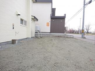 【駐車場写真】駐車場の写真になります。現状で並列駐車2台分御座います。玄関前なので寒い冬場もすぐに車まで行けますね。