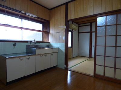 キッチン正面には大きな窓があり、手元が明るく調理しやすいです
