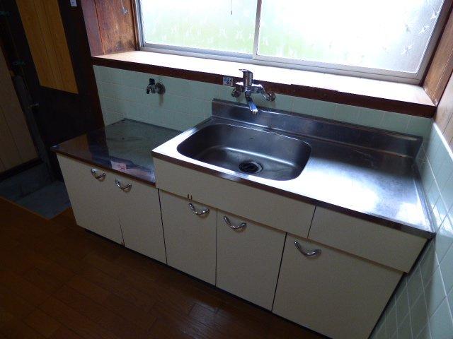 出窓になっているので、調理器具や調味料も置けます♪キッチン横には勝手口もあります。