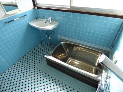 浴室は洗い場が広く、元気なお子様の体も洗いやすいですよ。