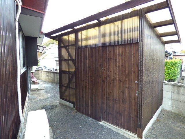 建物そばにある倉庫