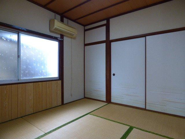 4.5帖の居室は収納が多く、布団をしまえるので寝室に最適。