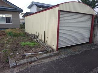 【リフォーム前】車庫は撤去し駐車スペースを拡張するので、ゆとりを持って駐車することができますよ。