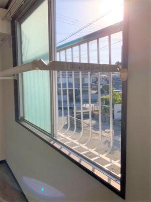 北向き窓です。部屋干しレールが付いてます。 日当たりいいです。