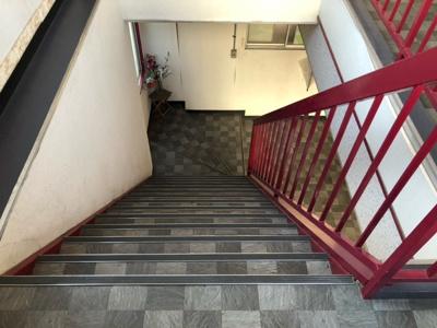 二階に上がる階段です。