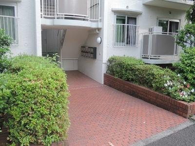 JR根岸線「磯子」駅徒歩15分。 横浜市立の都市公園「久良岐公園」まで徒歩5分と子育てにも適した環境です♪