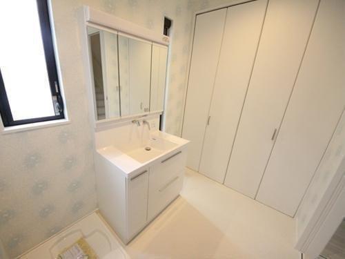 洗面も3面鏡ミラー・くもりシャットコーティングミラーでお風呂上がりもくもりにくいです。 水栓もシャンプードレッサー機能付きです。