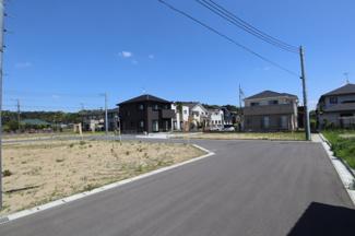 交通量の少ない住宅街の道です。駐車をするにも安心安全な点がオススメです