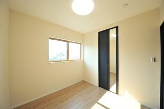 当社施工例です。天井の一部を上方へ凹ませた折上げ天井。「折り上げ天井」は開放感があり部屋を広く見せるという効果があります。
