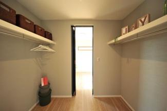 当社施工例です。ダウンライト照明は、室内を均等に明るく照らします