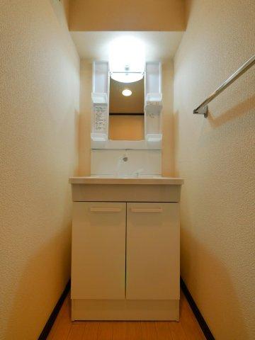 洗面スペースは意外に収納アイテムが多い場所なので、三面鏡付きの洗面台に交換するとスッキリしますね。リフォームもご相談下さい♪