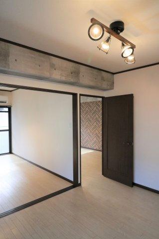 隣りの洋室とつなげると、リビングはさらにゆったり。 ライフスタイルにあわせて使い方自由です
