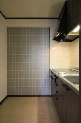 独立型キッチンは壁面が多いので収納量が多くなります♪リビングで寛いでいても炊事の音がダイレクトに伝わらないのでお互いに気持ちよく過ごせます。
