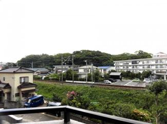 前方に高いマンションなどがなく開放的な眺望がひろがります。