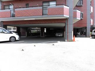 棟内の駐車場の空きはありませんが、近隣の駐車場を確保済です