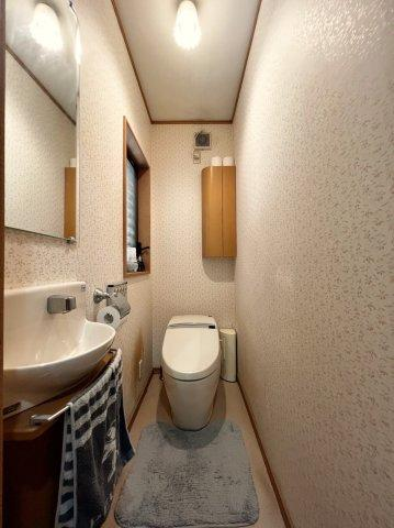 トイレもタンクレスの物が装備されており、手洗い、鏡などが設置されております♪