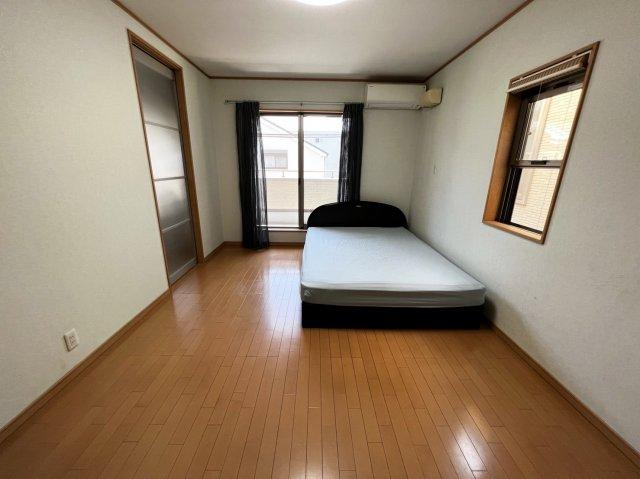 主寝室側にもベランダが設置されており、すぐ裏にお家は建っておりませんので日当たりも非常にいいです。