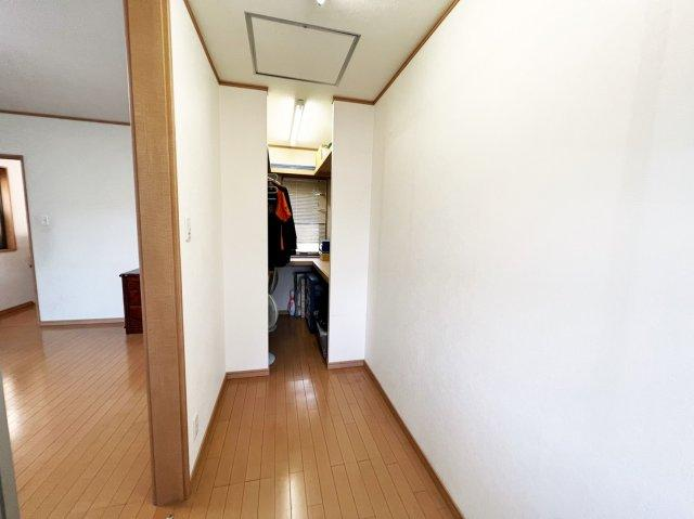 主寝室にはウォークインクローゼットがございますので、お洋服、お荷物、どんなものでも収納可能です。
