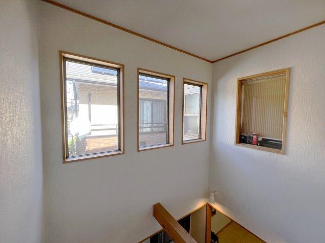 吹き抜け部分には大きな窓が3つ付いております、日中の日当たりがよくお家が非常に明るいです。