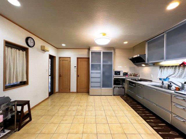 キッチンは備え付けの食器洗濯機がついており、食器棚も備え付けで色合いがキッチンと合っております♪