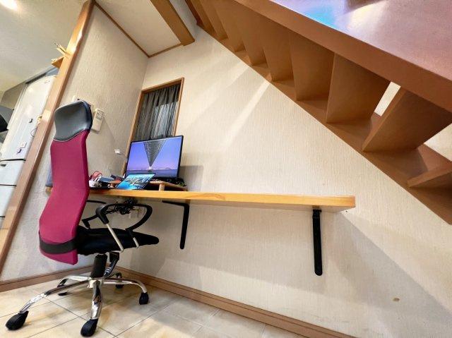 階段下の通常収納になる部分には、お仕事やお子さまの勉強スペースとしてご利用可能なスペースとなっております!