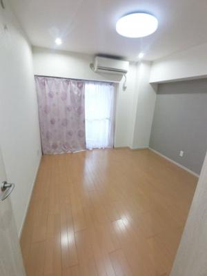 洋室です。 こちらのお部屋にもエアコン・収納付です。
