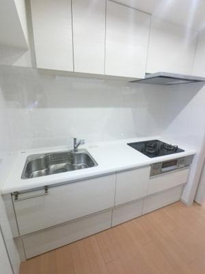 三口コンロ・浄水水洗と充実設備のキッチンです。 吊戸棚付で収納がとても豊富です。