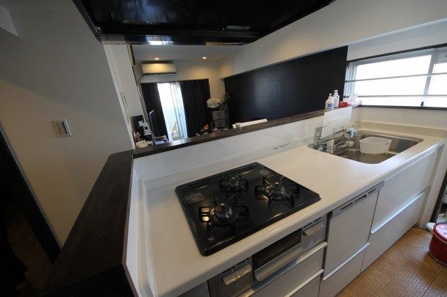 角部屋なので、明るい陽射しが入るリビング キッチンはアイランドタイプで食洗器つき