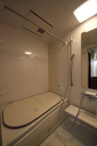 追い焚き機能、浴室乾燥機つきの快適なバスルーム
