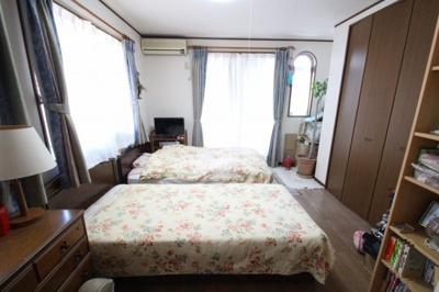 収納スペースがしっかり確保された寝室です