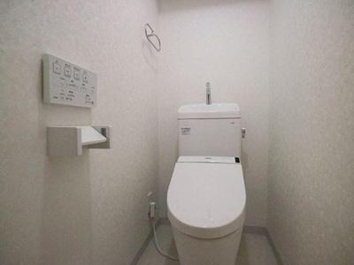 手洗い器、温水洗浄便座付きのトイレです。