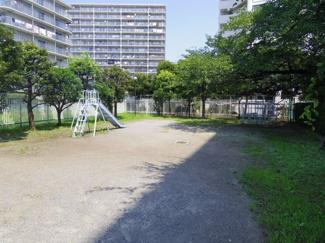 マンション敷地内に公園がございます。