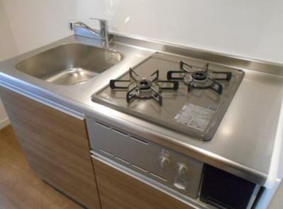 コンパクトなキッチンで掃除もラクラク(同物件別部屋の写真)