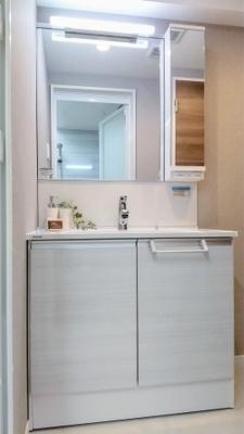 朝のお仕度に活躍の独立洗面台もあります。