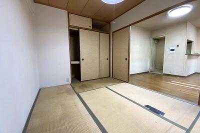 リビングの続きに和室があるので扉を開放すれば広々スペースになります。