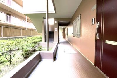 周辺には生活施設が充実しており、コンビニ・郵便局・総合病院が徒歩5分以内にあり便利です。