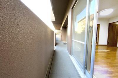 【お部屋情報】リビングの続きに和室があるので扉を開放すれば広々スペースになります。