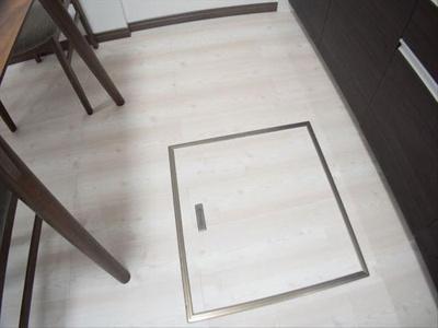キッチンには非常食や防災備蓄にも便利な床下収納がございます。