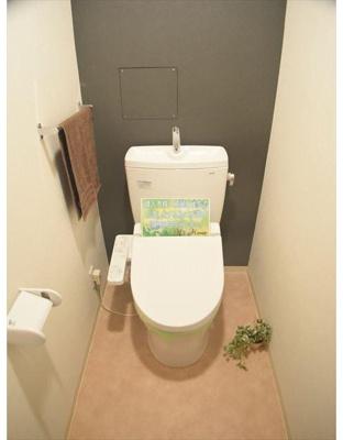 アクセントクロスがおしゃれなトイレです。